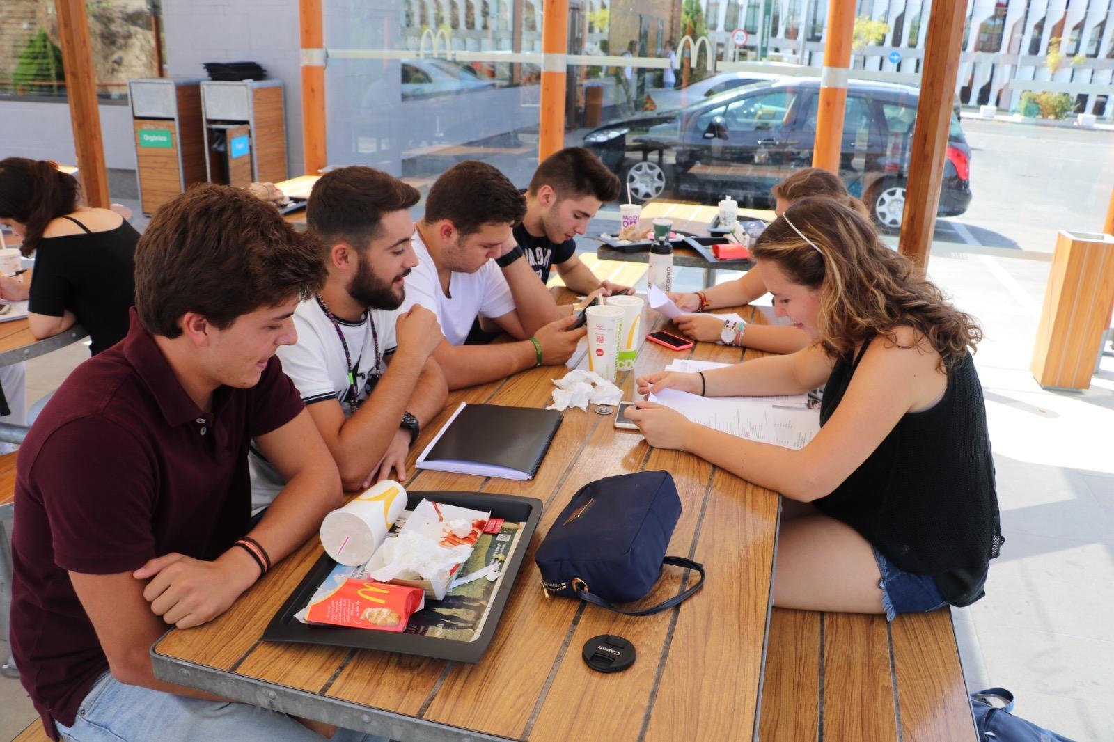 Entre profesores y alumnos formamos una verdadera familia for Profesores en el extranjero